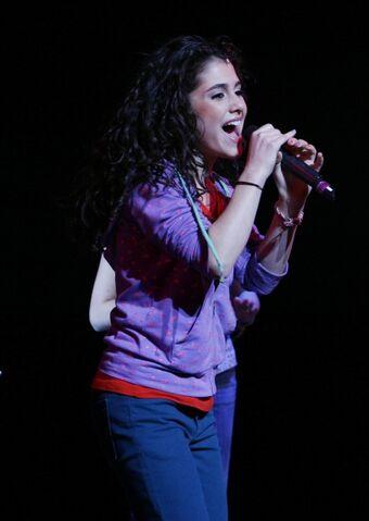 File:ArianaGrande singing in Broadway 13.jpg