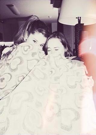File:Alexa&Ariana-blankets.png