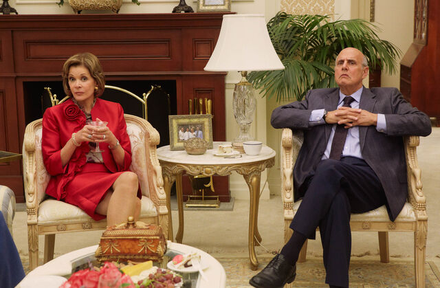 File:4x01 4x05 - Lucille and George Bluth.jpeg