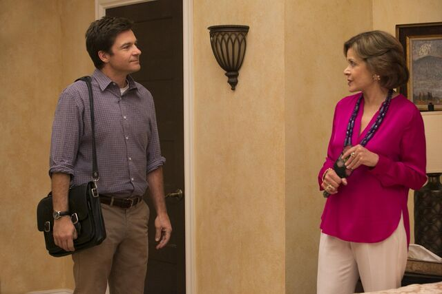 File:4x10 - Michael and Lucille Bluth 01.jpg