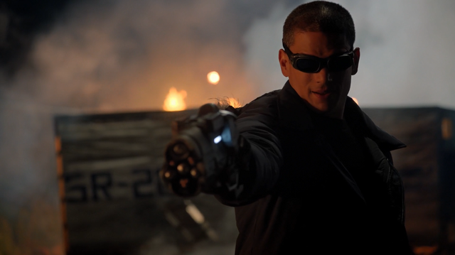 File:Snart aims the Cold Gun at Barry.png