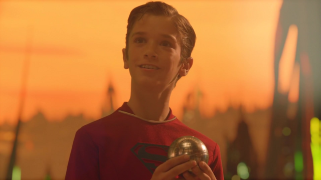 File:Kal-El holding a hologram orb.png