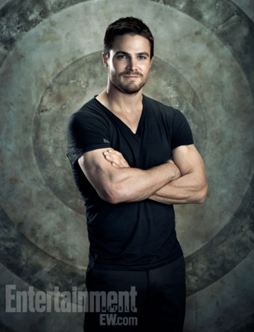 File:Oliver Queen on a target background.png