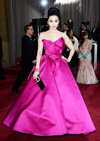 File:Oscars2013-17-FanBingbingMarchesa.png