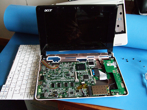 File:Aspire One in pieces.jpg