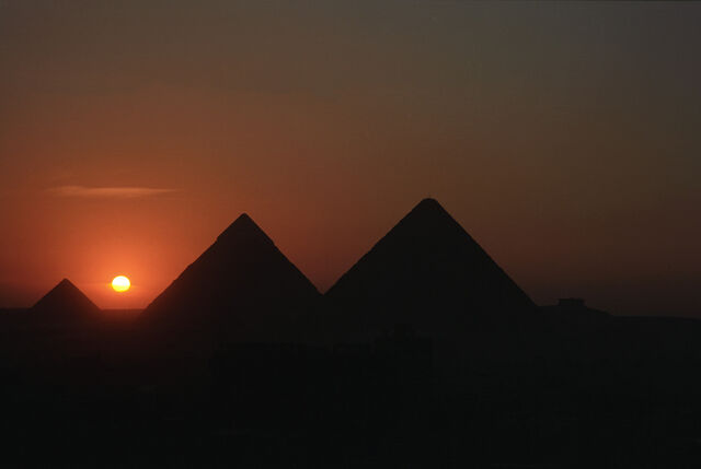 File:Great-Pyramid-of-Giza-at-Night.jpg