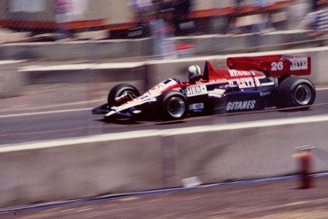 File:Andrea de Cesaris 1984 Dallas.jpg
