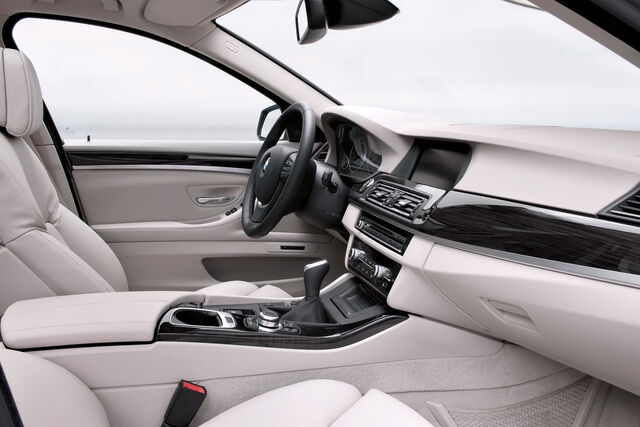 File:2011-BMW-5-Series-Touring-48.jpg