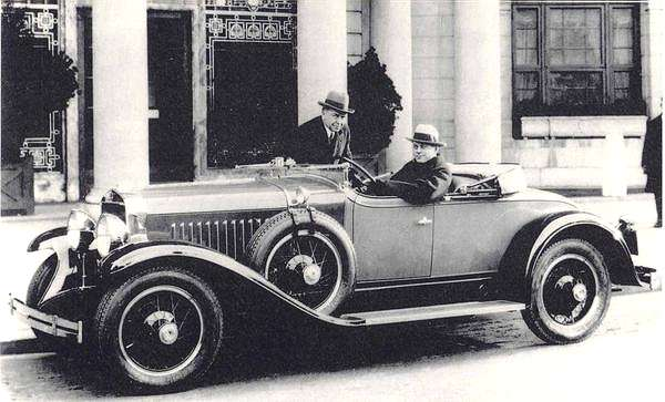 File:1927 La Salle Earl At The Wheel Laurence P Fisher Standing-july12a.jpg