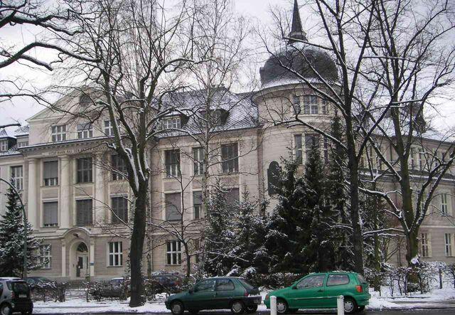 Datei:Freie Universität Berlin Otto-Hahn-Bau im Winter 01-2005.jpg