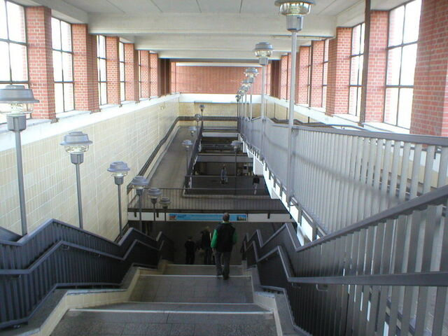 Datei:U-Bahn Berlin Elsterwerdaer Platz.JPG