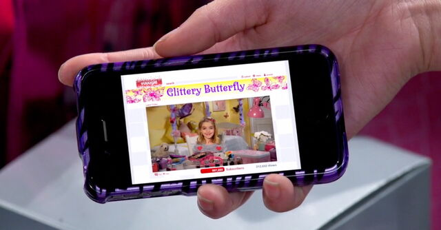 File:Frankie's phone shows Glittery Butterfly with Didi.jpg