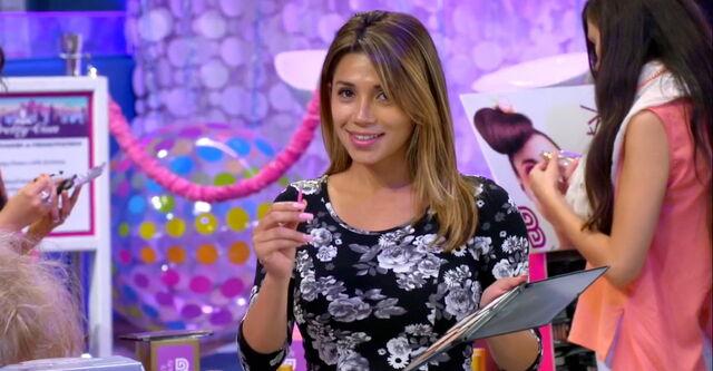 File:Lip Gloss Girl approaches Frankie at Pretty-Con.jpg