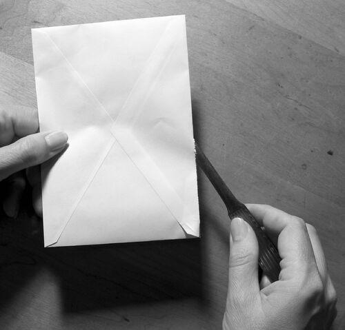 檔案:Briefoeffner mit kuvert und hand fcm.jpg