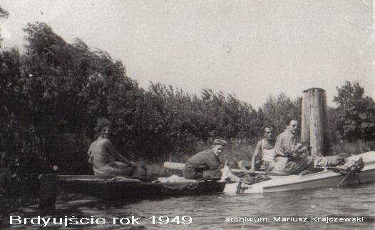 Plik:Rok 1949 -przd śluzą Brdyujście. Na pierwszym planie Alfons Tomaszewski - ACHU.jpg