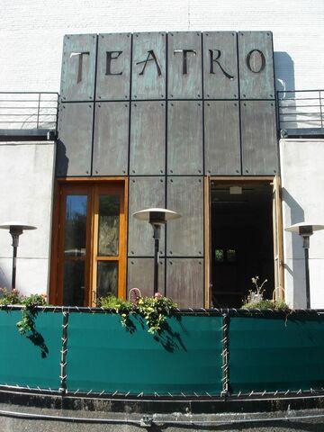 File:TeatroPatio.jpg