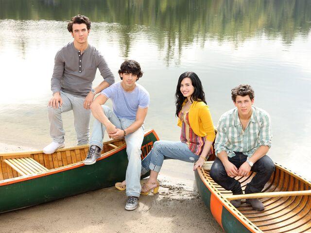 File:Mitchie & The Jonas Brothers.jpg
