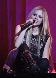 Avril Lavigne on piano, Italy (crop)