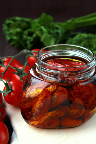 File:1923892-863615-italian-sun-dried-tomatoes-in-olive-oil-glass-jar.jpg