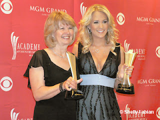 File:Carrie Underwood and her Mom.jpg