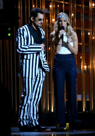 File:Carrie-underwood-cma-awards-2013-pants-gi.jpg