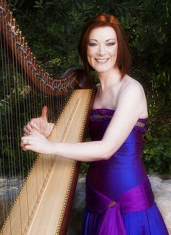File:Órla smiling while playing her harp.jpg