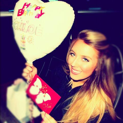 File:Chloë's got a balloon and a card.jpg