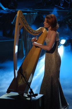File:Órla performing in a golden dress.jpg