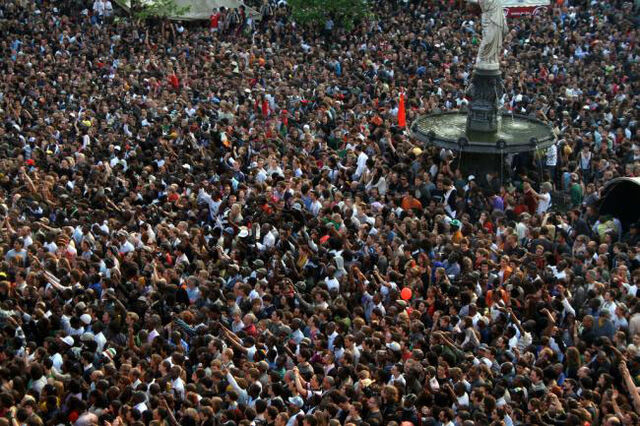 File:Crowd 2.jpg
