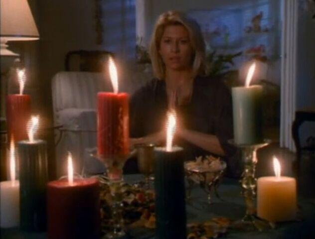 File:1x01 Serena in ritual.jpg