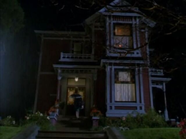 File:1x01 First view of the manor.jpg