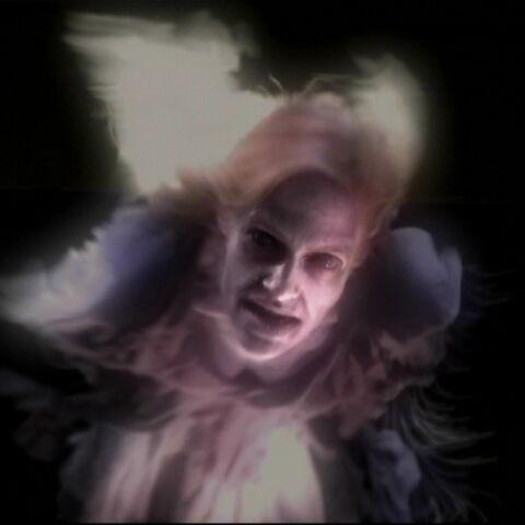 Paige, jako duch Carol Flowers, lecąca w kierunku Seth'a.