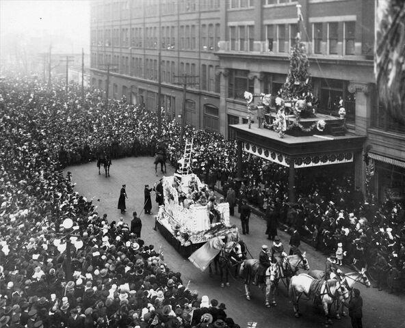 File:1918eatonssantaclausparade.jpg