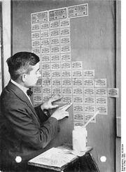 220px-Bundesarchiv Bild 102-00104, Inflation, Tapezieren mit Geldscheinen.jpg