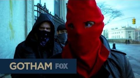 DC COMICS: Gotham (s1 ep17 Red Hood)
