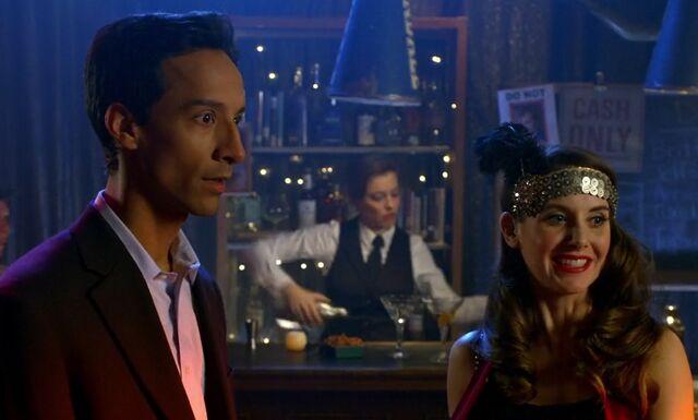 File:S06E01-Abed Annie 20s bar.jpg