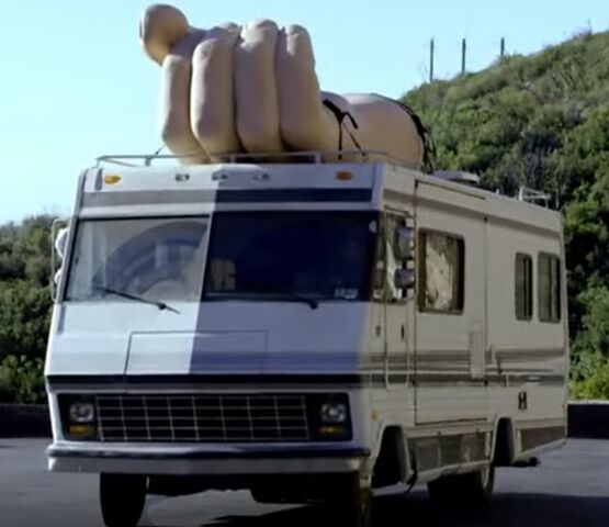 File:S06E10-RV with giant hand.jpg