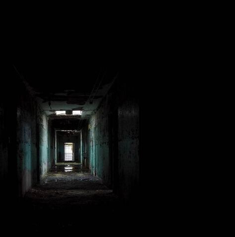 File:Dark-place-black-corridor-31000.jpg