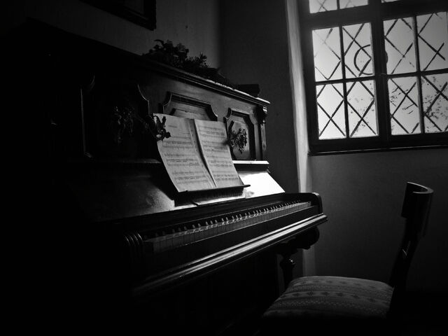 File:Old-piano.jpg