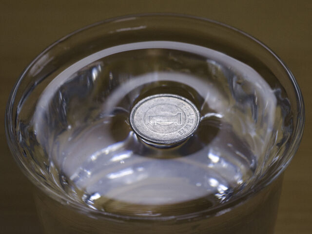 File:Surface tension - Japanese 1 Yen alminium coin on water.jpg