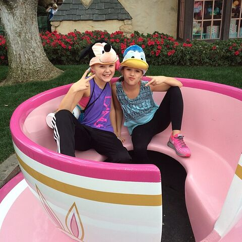 File:JoJo and Mackenzie in teacup 2015-01-28.jpg