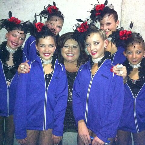 File:Hadley with Thrive team and Abby for Dance Moms 2013-01-09.jpg