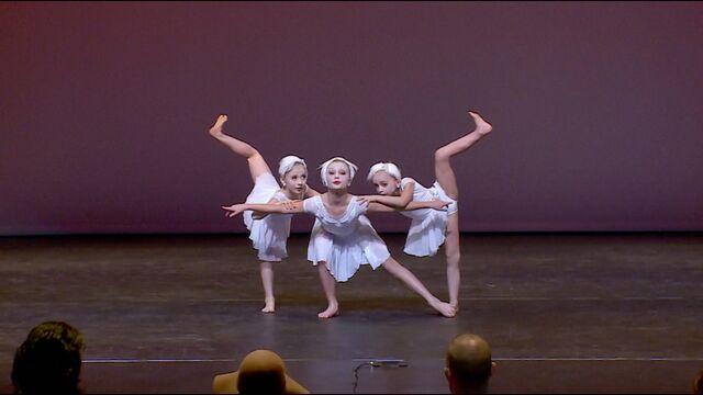 File:705 Elliana Lilliana Maesi Trio (1).jpg