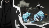 Aizen cuts down his attackers