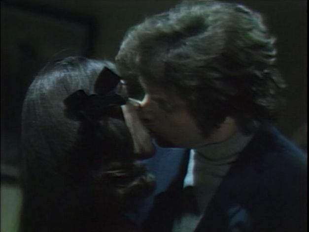 File:Quentin kissing ghost of Daphne..jpg