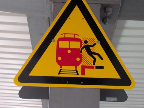 Datei:German Train Sign Warning.jpg