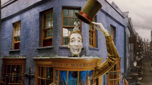 File:1000px-Exterior of Weasleys Wizards Wheezes shop.JPG