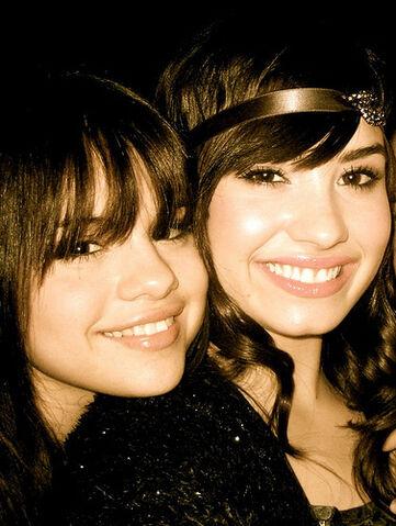 File:Selena+Gomez++Demi+Lovato+SelenaDemiselenagomezanddemilo.jpg