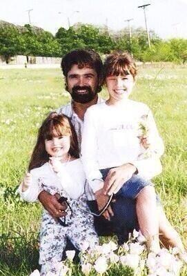 File:Patrick-lovato-con-le-figlie-demi-e-dallas.jpg
