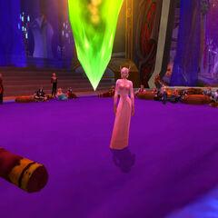 Es folgt ein wahrer Kontrapunkt zur vorherigen Strenge: Ein Kleid in zartem Rosa, von vorne klassisch-elegant ...